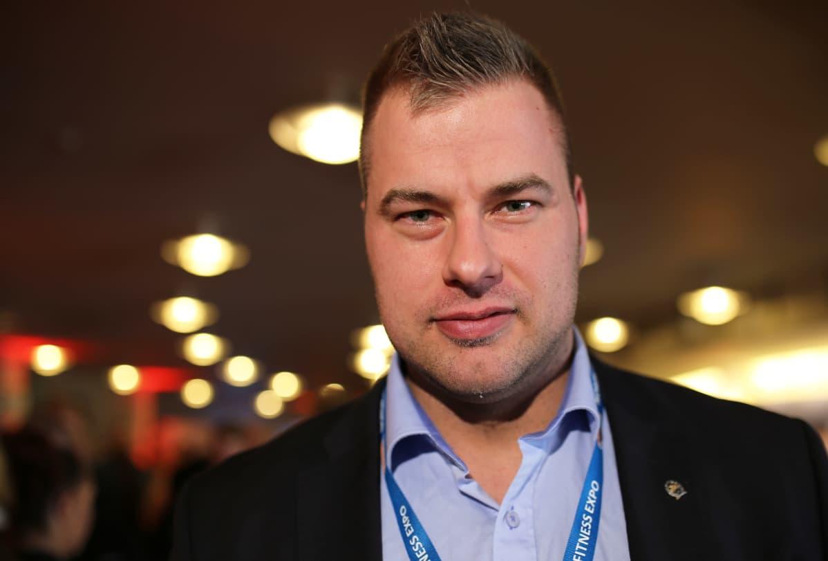 Suomen Fitnessurheilu ry:n toiminnanjohtaja Ville Isola kannustaa kisaajia palautumaan normaalipainoon heti kisakauden jälkeen.