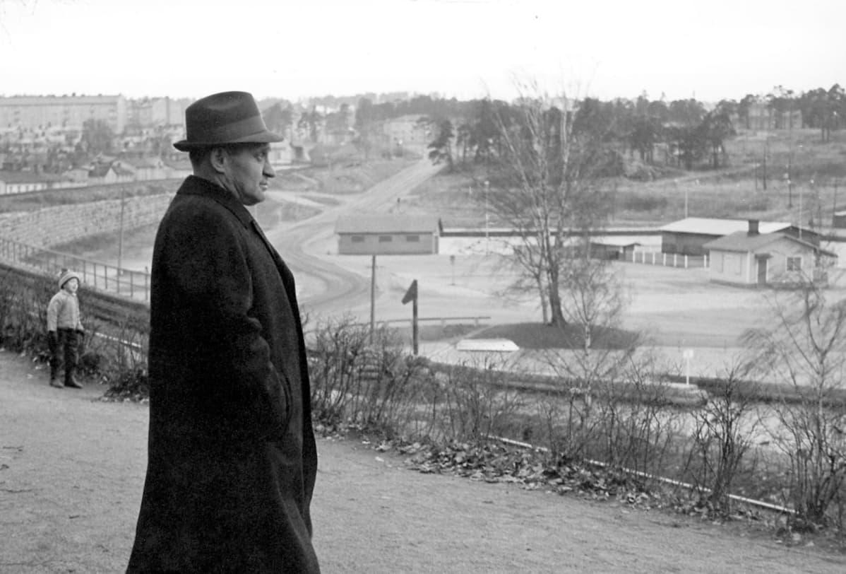 Tesvision ohjelma Tie Pentinkulmalle 1964. Väinö  Linna Näsinpuistossa