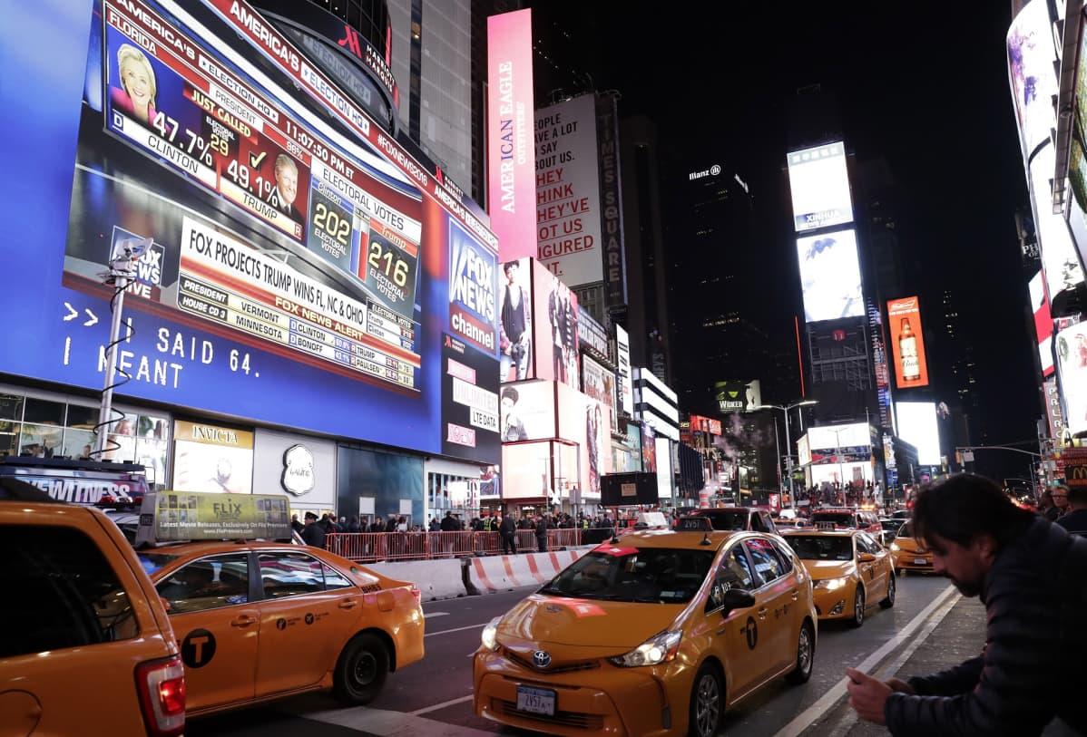 Presidentinvaalituloksia jättinäytöllä Times Squarella New Yorkissa 8. marraskuuta 2016.
