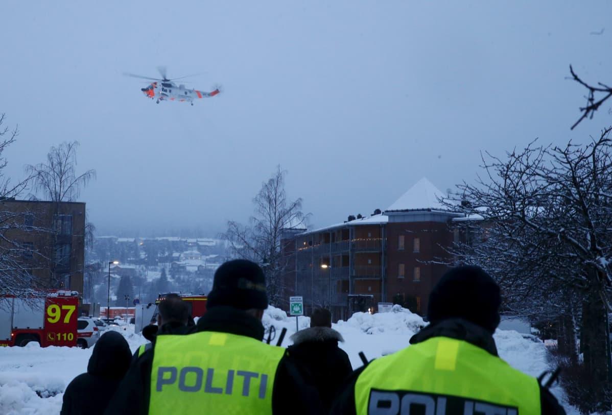 Pelastushelikopteri Gjerdrumin yläpuolella.