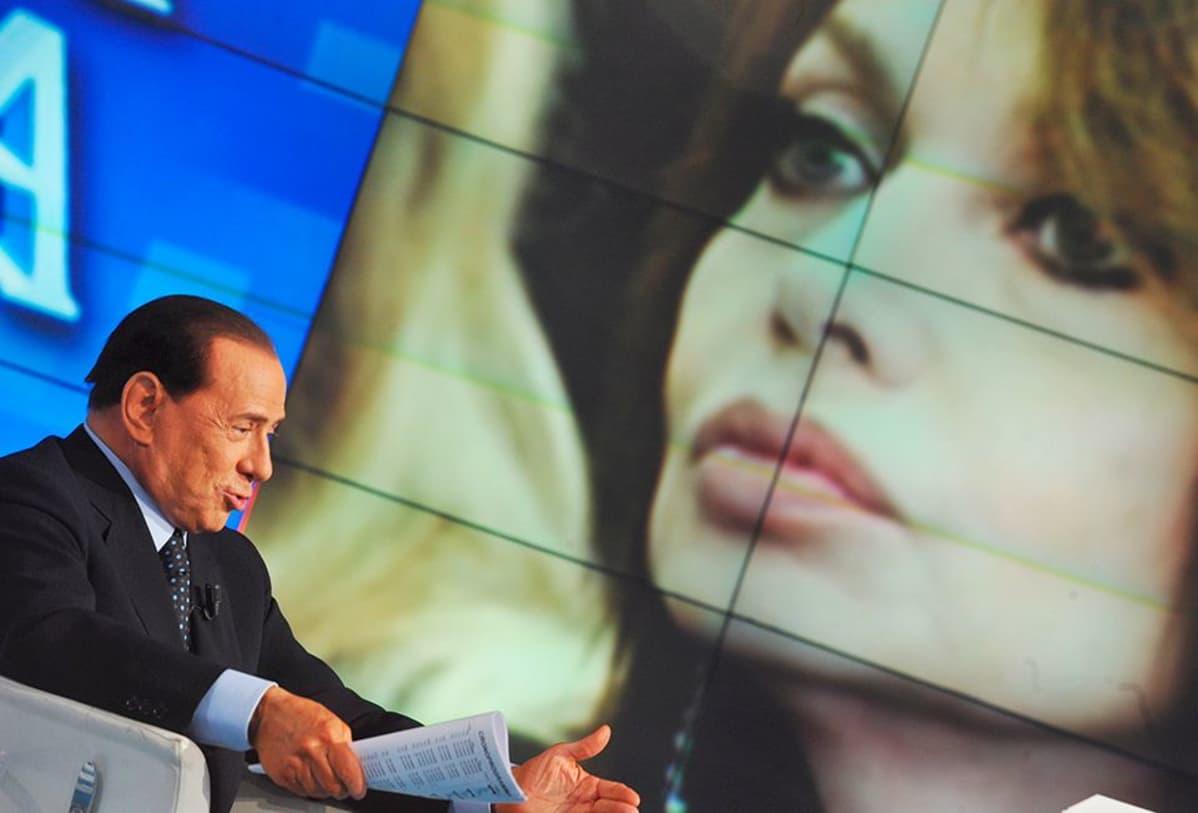 Silvio Berlusconi Porta a porta -televisio-ohjelmassa.