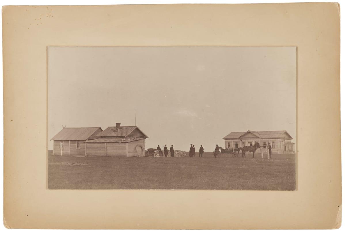Pysähdyspaikka Siperiaan karkotetuille. Hevoskärryt pihalla 1890-luvulla..