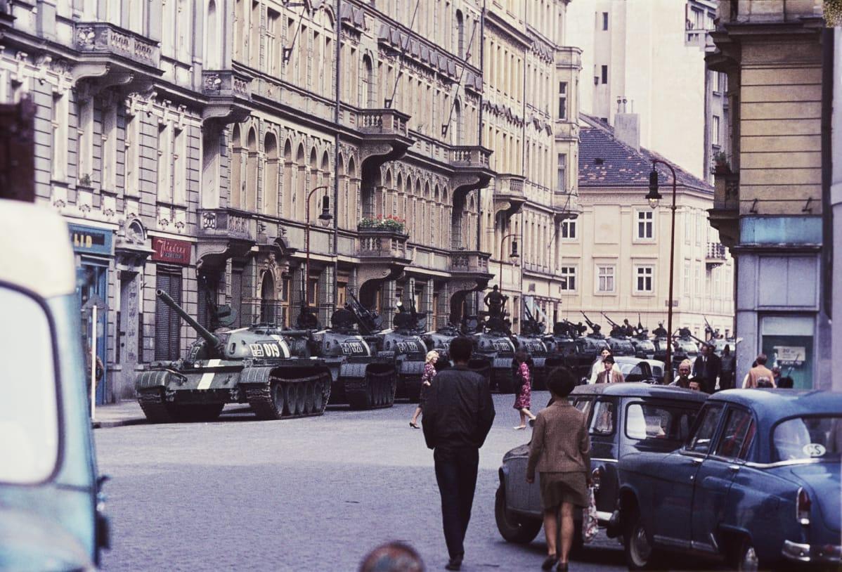 Venäläispanssareita kadulla Prahassa.