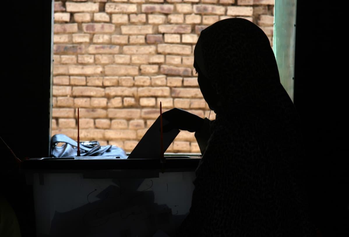 Sudanin lain mukaan naiset voivat joutua naimisiin alaikäisenä eli 10 vuotta täytettyään. Kuvan sudanilainen nainen äänesti vuonna 2010.