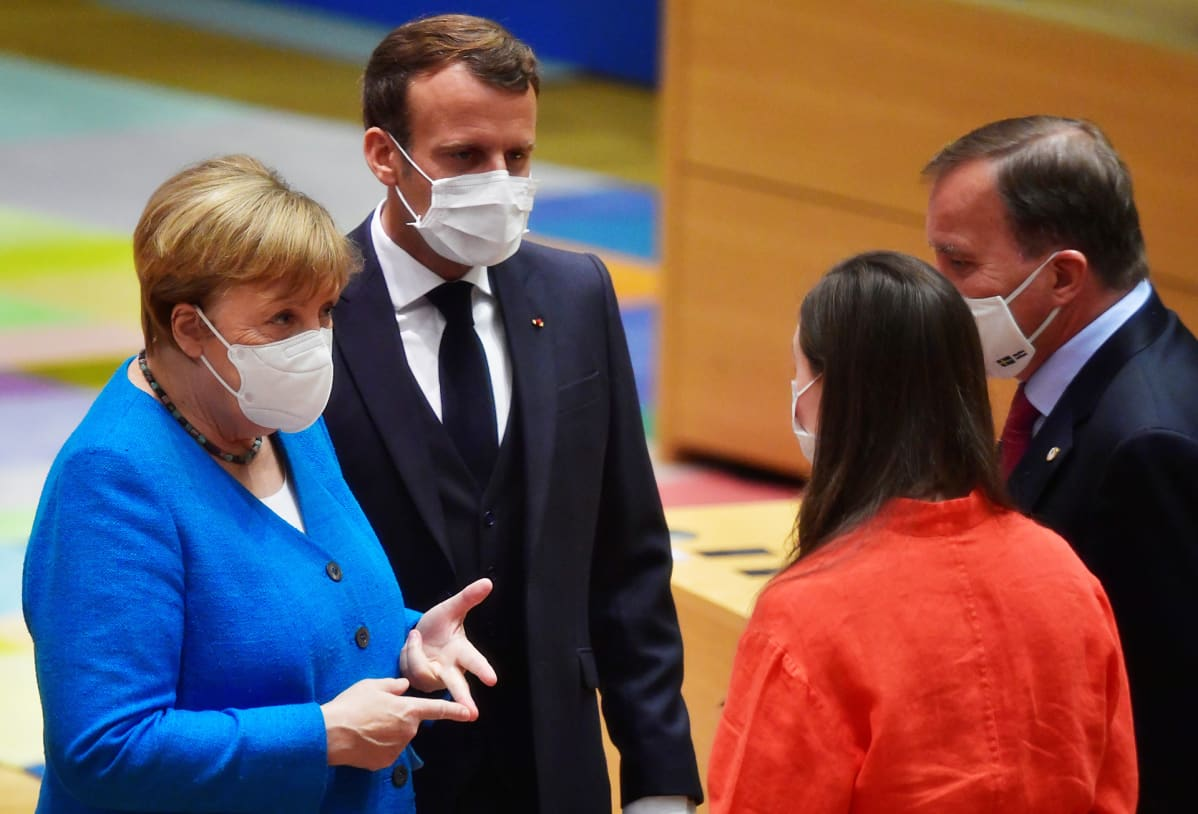 Angela Merkel, Emmanuel Macron, Sanna Marin ja Stefan Löfven keskustelevat Bryselissä heinäkuussa 2020.
