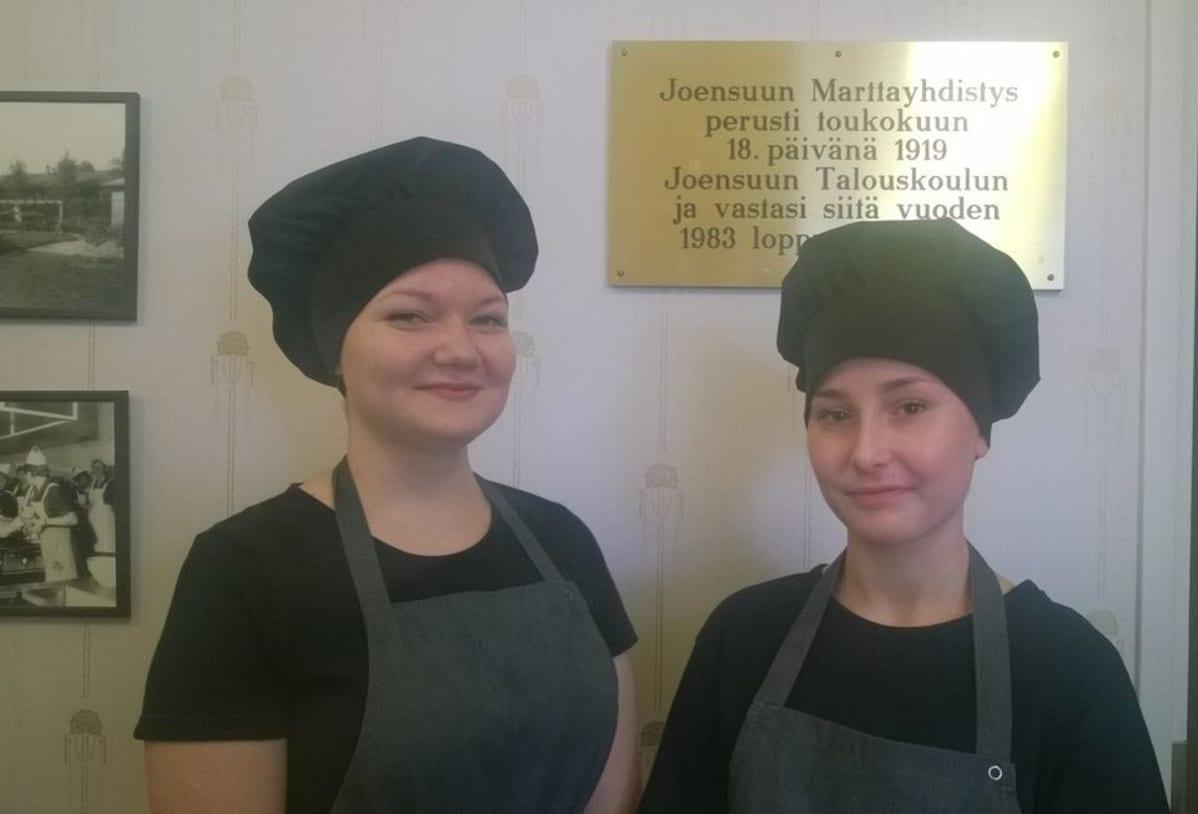 Henna Tuonen ja Emilia Rönkkö opiskelevat talouskoulussa