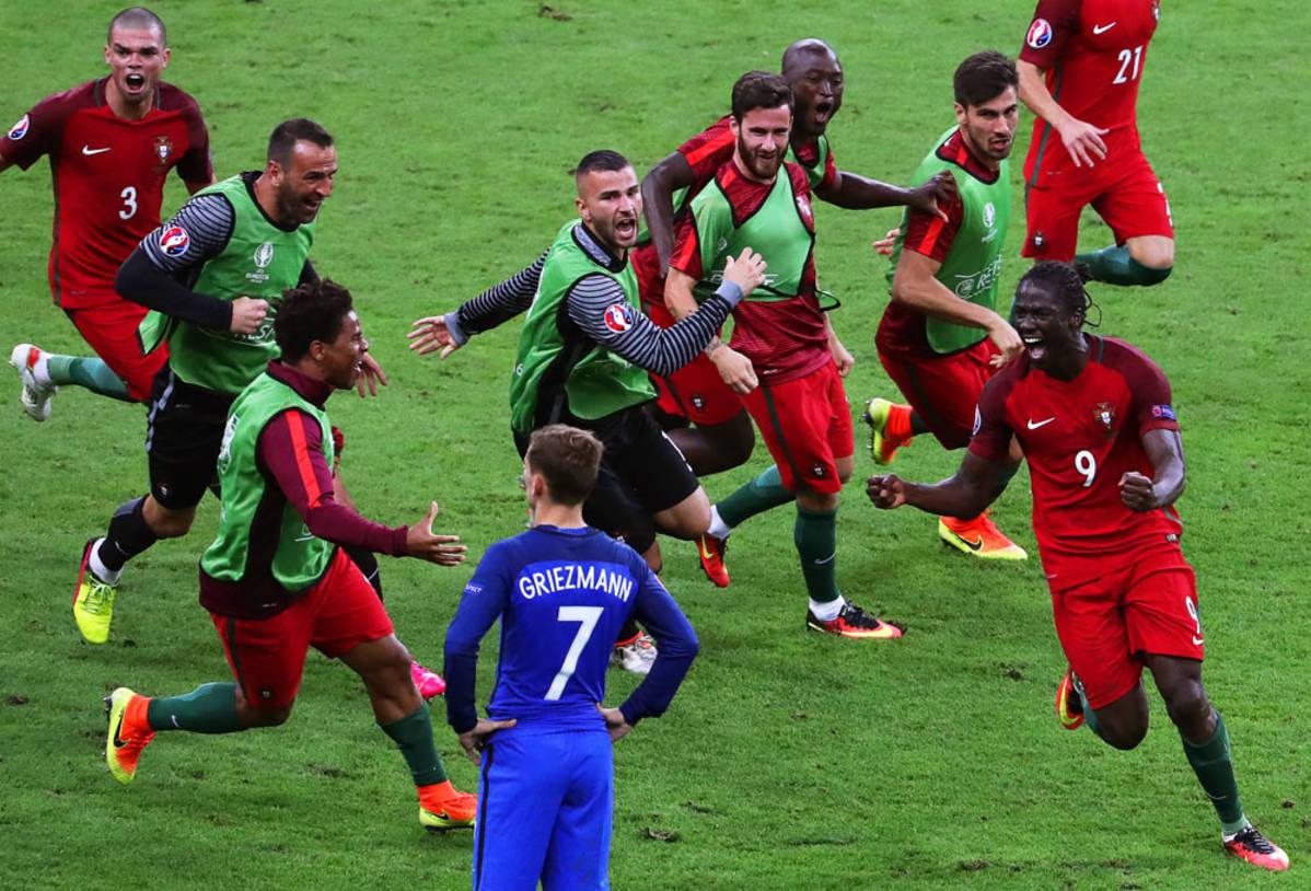 Eder ja Portugalin joukkue juhlivat EM-finaalin voittomaalia.