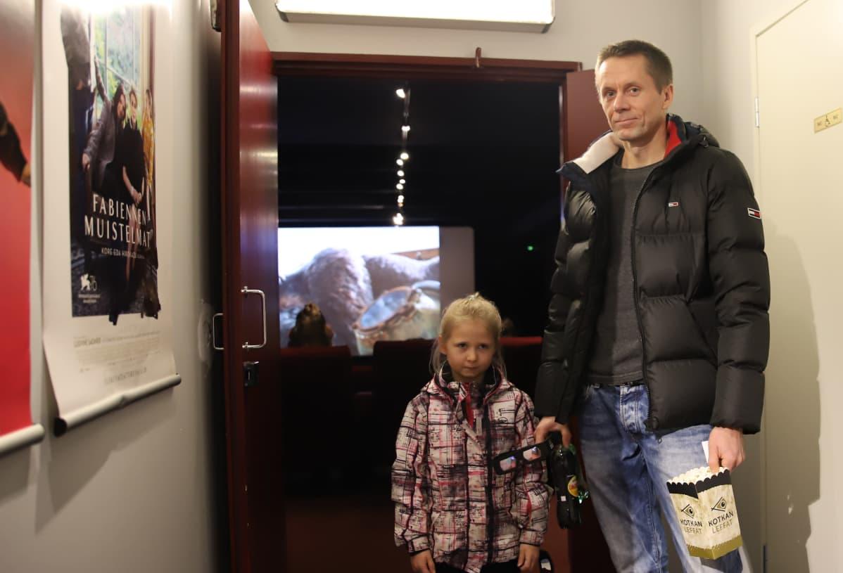 isä ja tytär menossa elokuviin