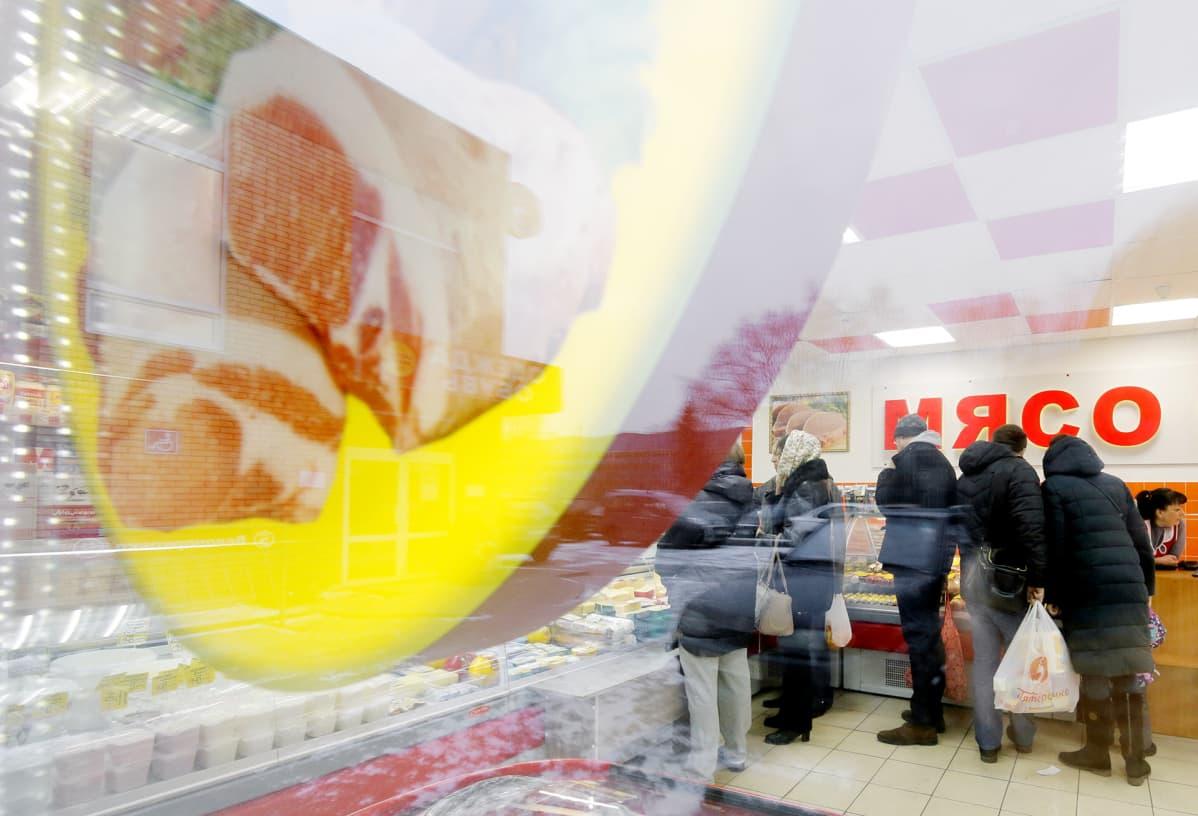 Asiakkaita venäläisessä ruokakaupassa.