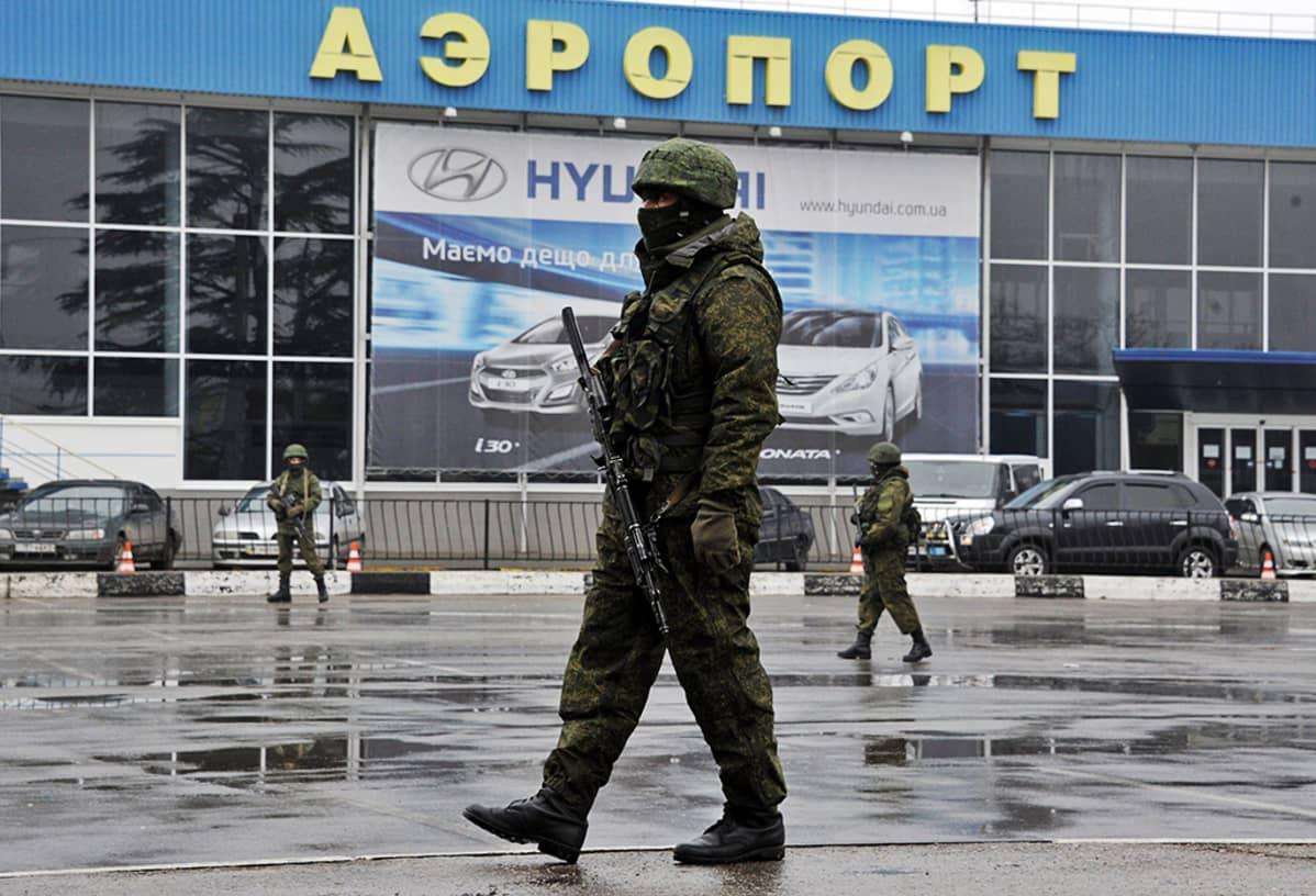 Sotilaita lentokentän ulkopuolella.