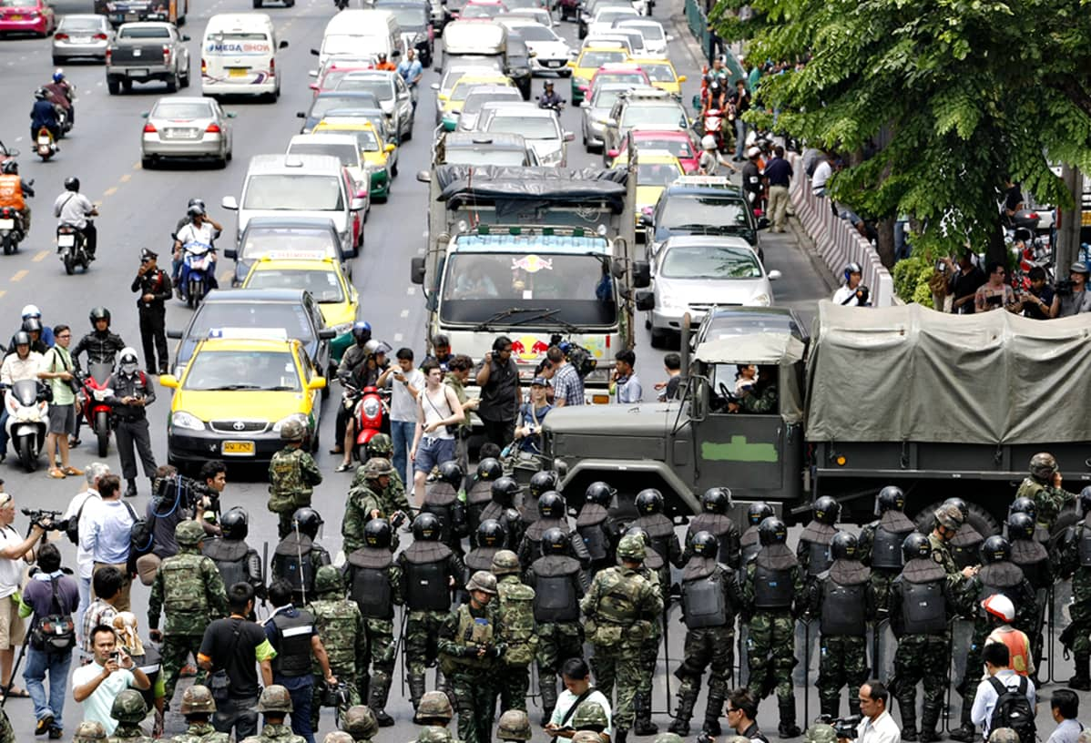 Sotilaita tiellä vartioimassa.