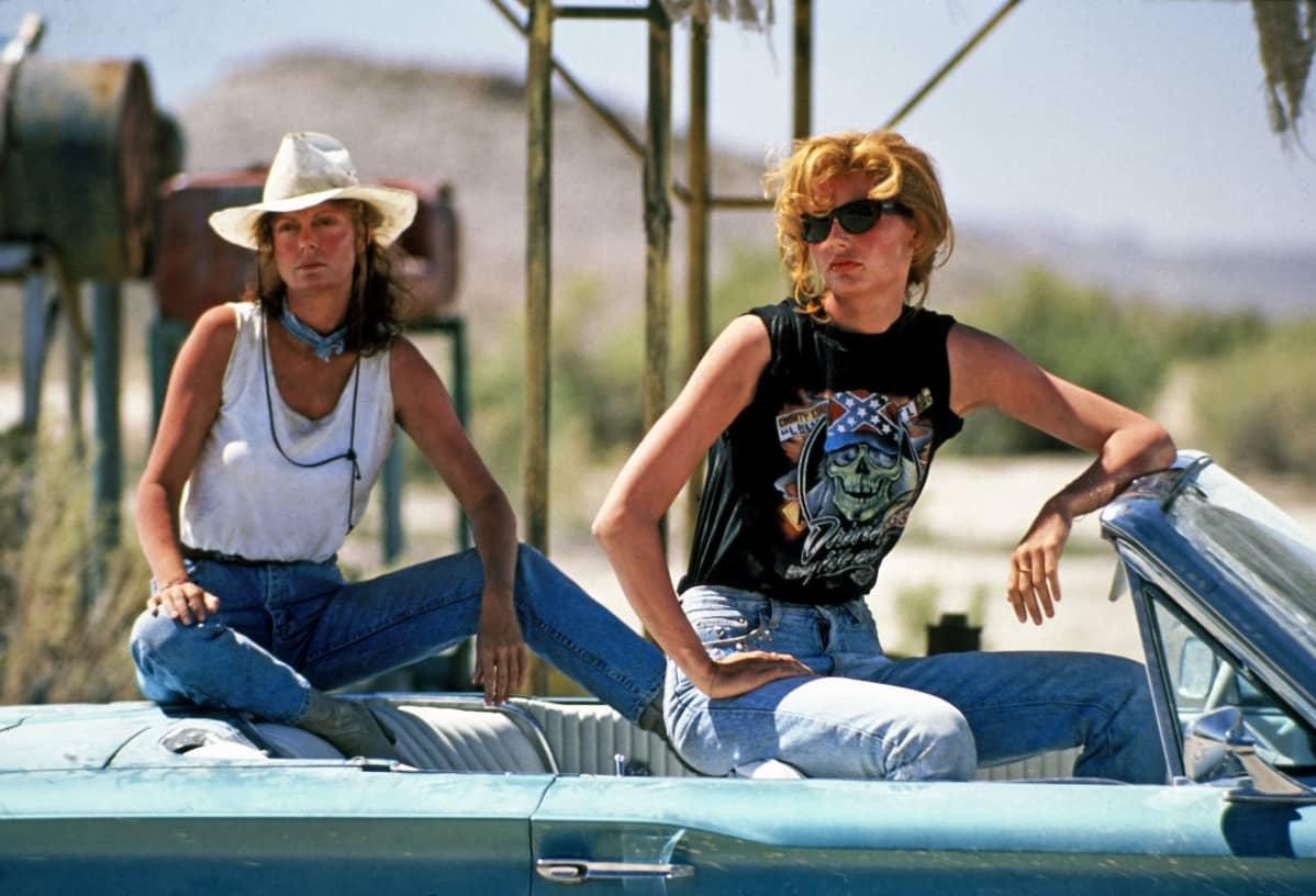 Louise (Susan Sarandon) ja Thelma (Geena Davis) istuvat avoautossa elokuvassa Thelma ja Louise