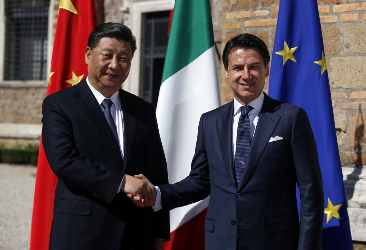 Kiinan presidentti Xi Jinping ja Italian pääministeri Giuseppe Conte allekirjoittavat maaliskuussa yhteisen julistuksen uudesta silkkitiestä.