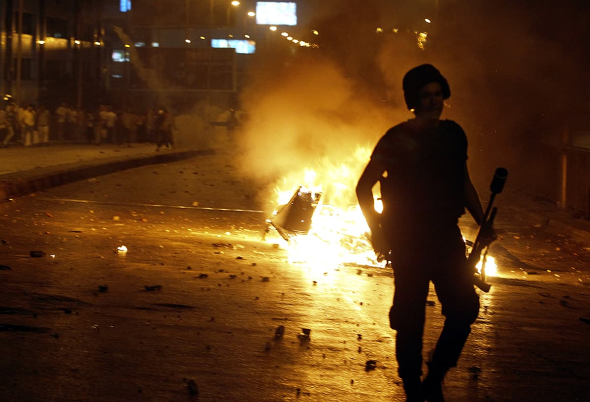 Egyptin syrjäytetyn presidentin Muhammed Mursin kannattajat ja mellakkapoliisi ottavat yhteen.