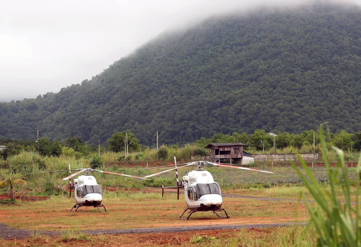 Helikopterit odottavat luolan lähistöllä valmiina pelastettavien evakuointiin.