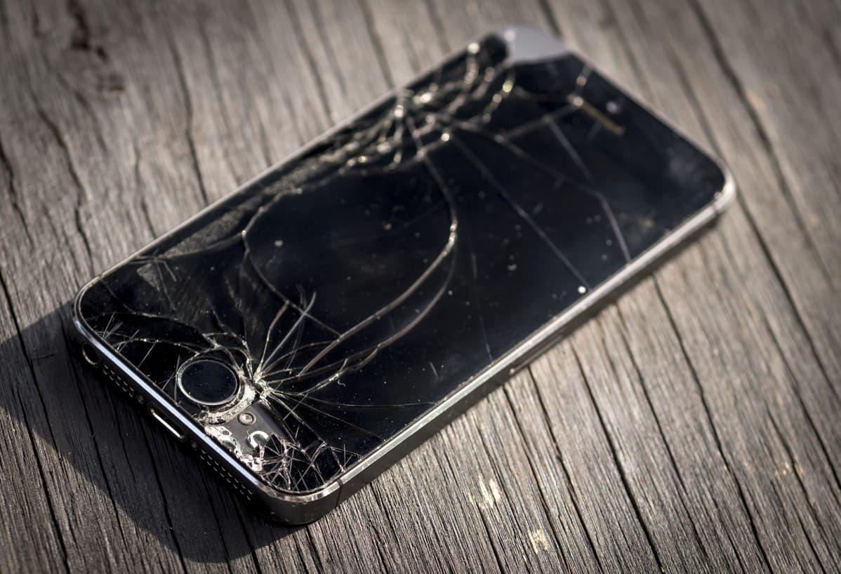 Rikkoutunut älypuhelin.