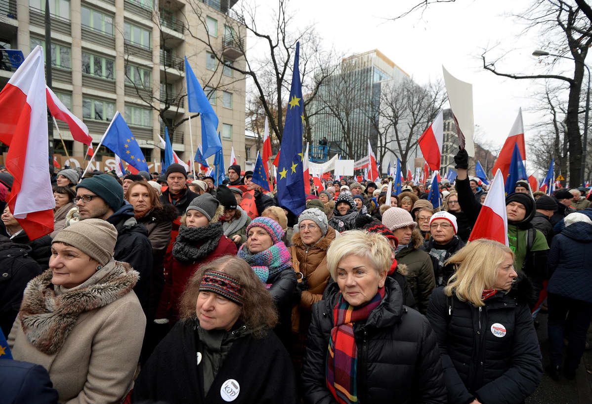 Mielenosoittajia perustuslakituomioistuimen edessä sunnuntaina 18. joulukuuta.