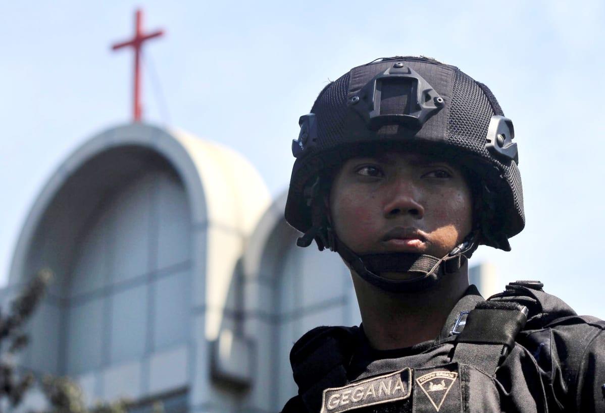 Poliisi tarkkailee tilannetta lähellä kirkkoa, johon terroristit iskivät sunnuntaina Indonesiassa.
