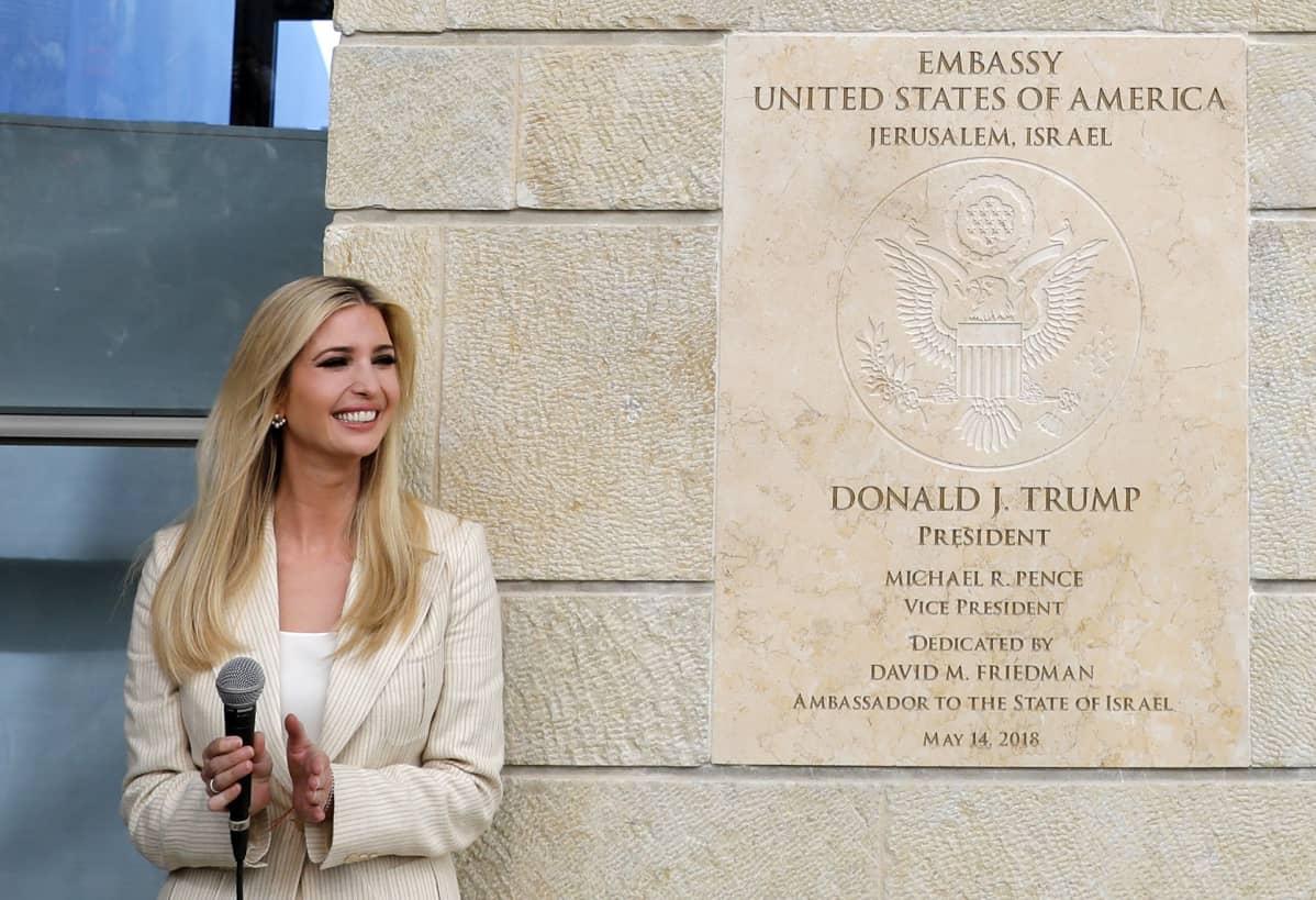 Ivanka Trump Jerusalemin-lähetystön kyltin luona.