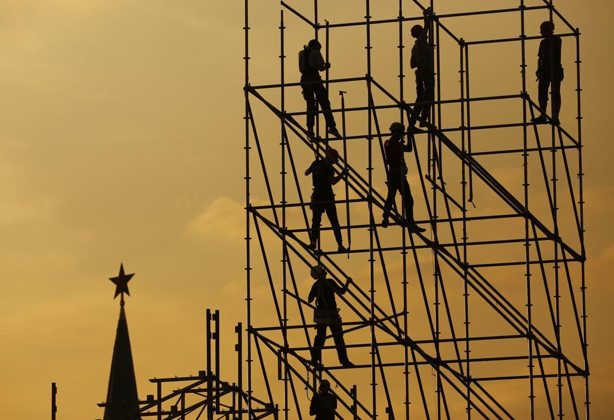 Miehiä rakennustelineillä Punaisella torilla 7. syyskuuta Moskovassa.