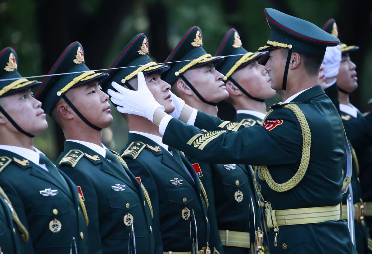 Kiinalaiset kunniavartijat suoristavat linjojaan ennen Brasilian presidentin Jair Bolsonaron tervetuloseremoniaa Kiinan kansantasavallassa, Pekingissä  25. lokakuuta. Bolsonaro on ensimmäisellä virallisella vierailullaan Kiinaan vahvistaakseen kahdenvälisiä kauppasuhteita.