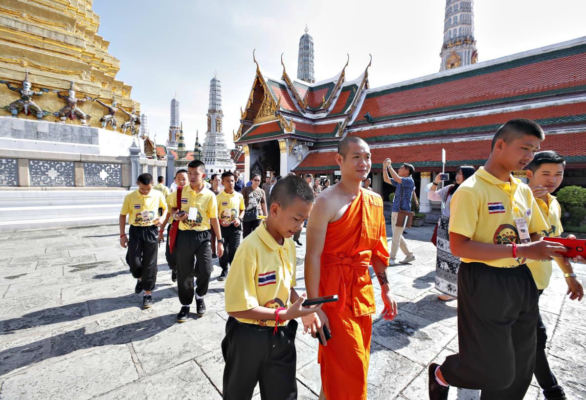 Luolasta pelastetut thaimaalaiset jalkapallojuniorit vierailivat Bangkokissa sijaitsevan buddhalaisen temppelin alueella 7. syyskuuta 2018.