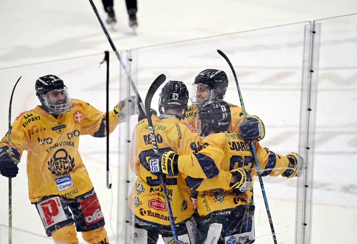 Lukon pelaajat juhlivat Sebastian Revon (92) tyhjiin tekemää 0-2-maalia jääkiekon Liigan kolmannessa loppuottelussa TPS - Lukko Turussa 10. toukokuuta 2021.