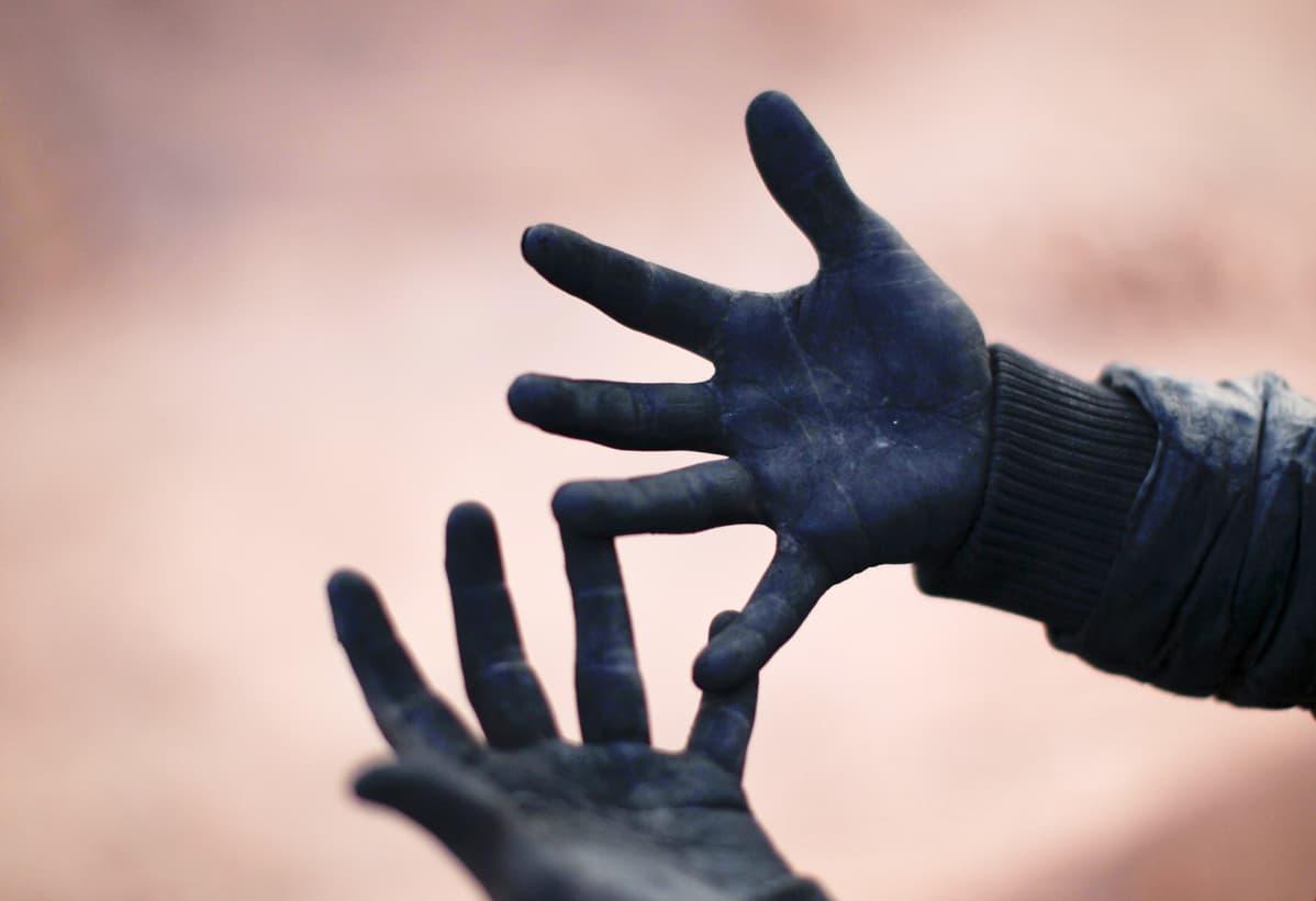 Tiilitehtaan pojan kädet.