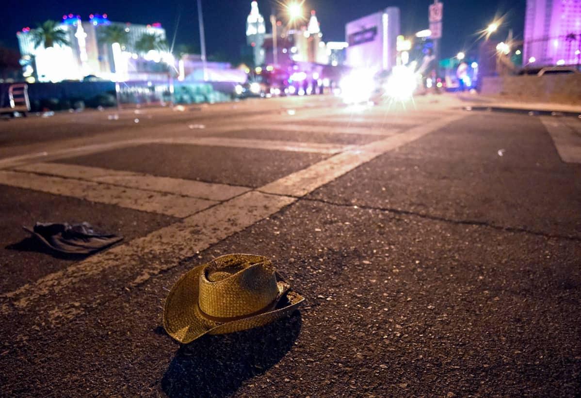 Cowboy-hattu öisellä kadulla