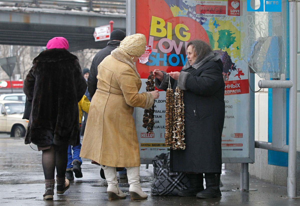 Vanhus myy sieniä Moskovassa.