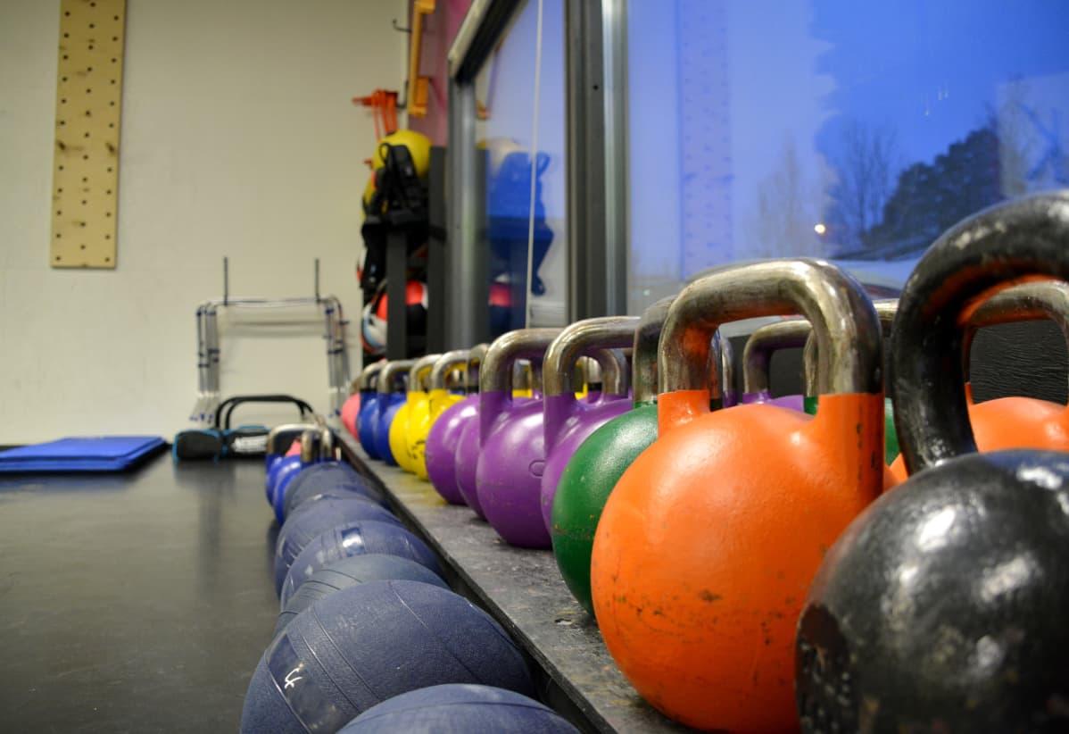 Kettlebells på rad i Motionscentret Kraftverk.
