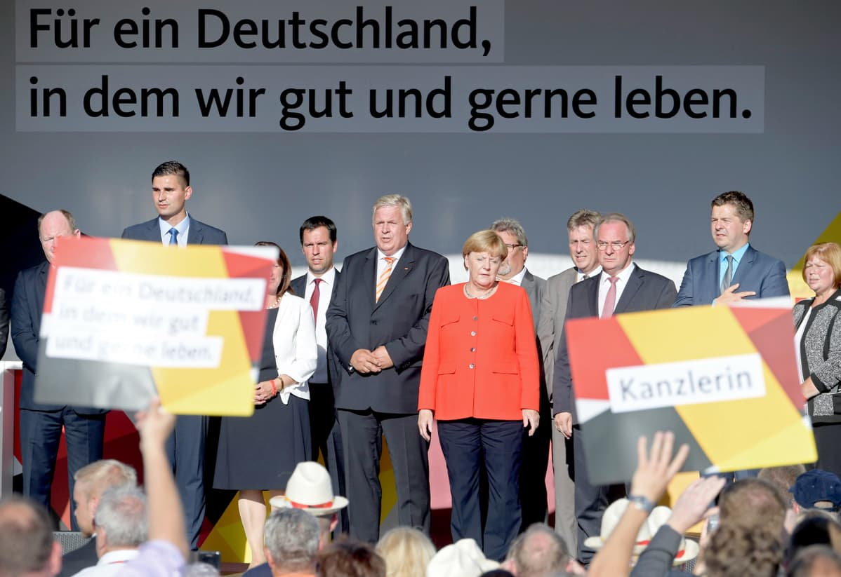 Saksan Kristillisdemokraattisen puolueen jäseniä laulamassa kansallislaulua vaalikampanjoinnin jälkeen Bitterfeld-Wolfenissa, elokuussa 2017.