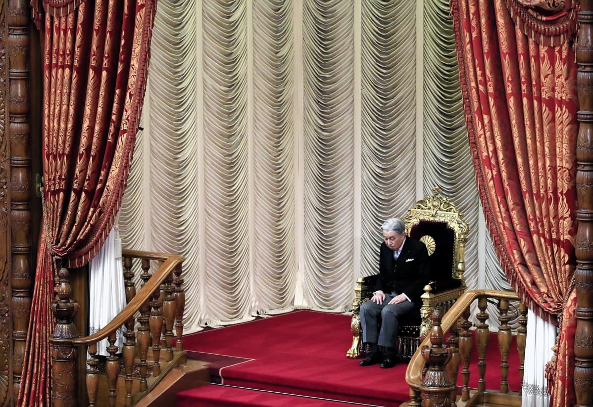 Keisari Akihito avaa Japanin parlamentin istunnon.