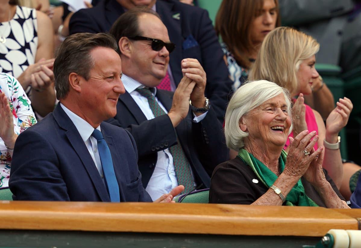 David Cameron Wimbledonissa äitinsä kanssa 6.7.2018