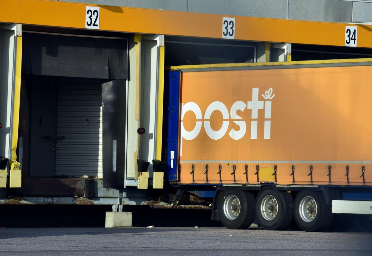 Kuljetusautoja Postin logistiikkakeskuksessa Vantaan Tikkurilassa 2. syyskuuta.