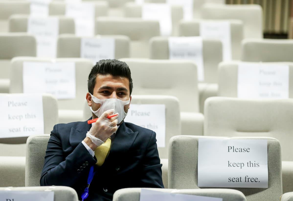 Hengityssuojainta käyttävä toimittaja seurasi Ursula Von Der Leyenin ja Charles Michelin videokonfrenssia Bryselissä.