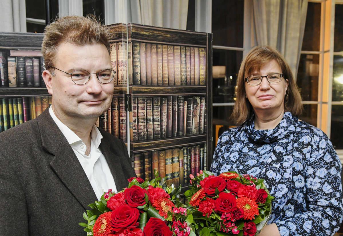 Tietokirjallisuuden Finlandian voittaneet Marko Tikka ja Seija-Leena Nevala teoksella Kielletyt leikit - Tanssin kieltämisen historia Suomessa 1888-1948 Helsingissä 25. marraskuuta 2020.