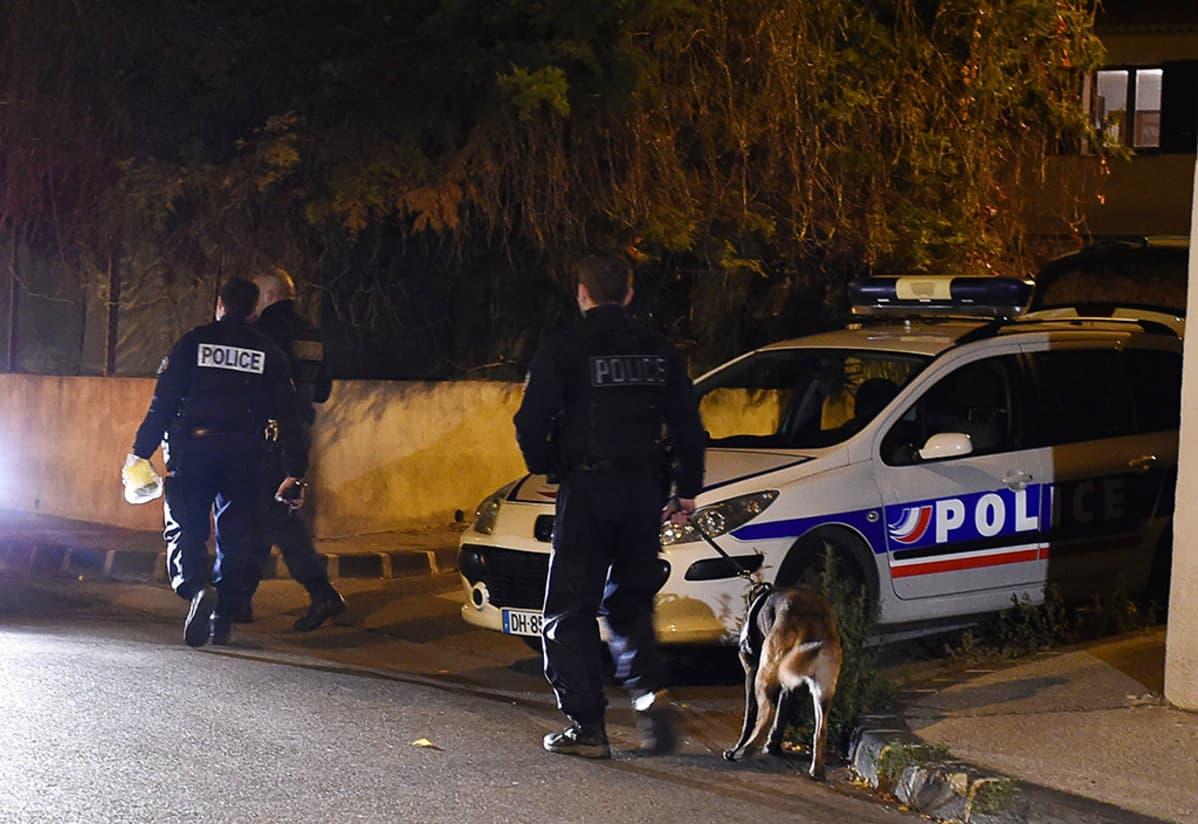 Poliisi haravoi kaupungin katuja löytääkseen tekijät.