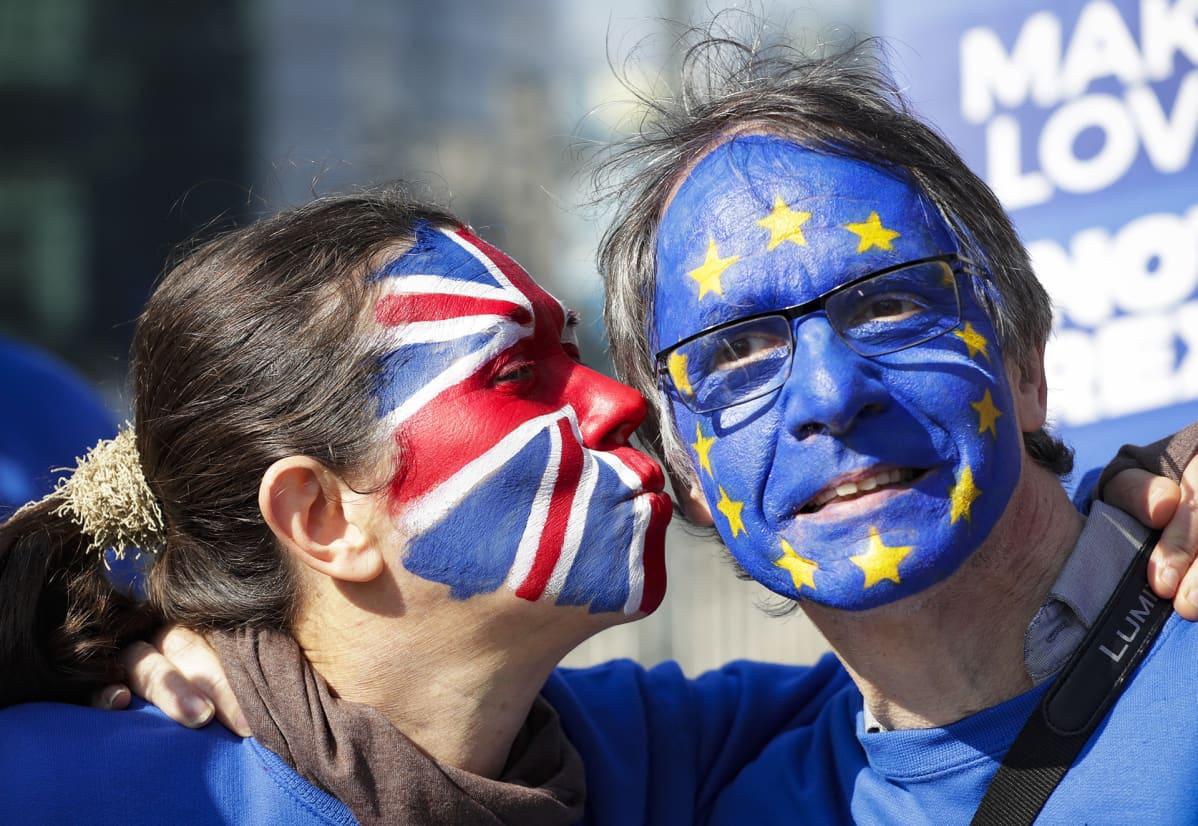 Mielenosoittajia EU-komission rakennuksen edustalla Brysselissä 21. maaliskuuta.