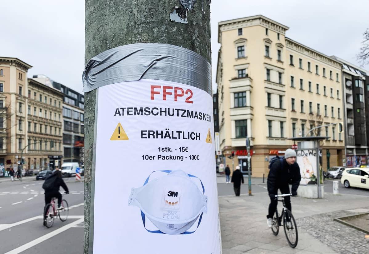 Suojatuotteita mainostava mainoslappu Berliinissä.