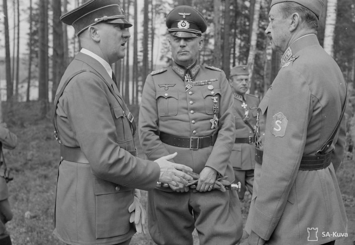 Adolf Hitler keskustelee Mannerheimin kanssa.