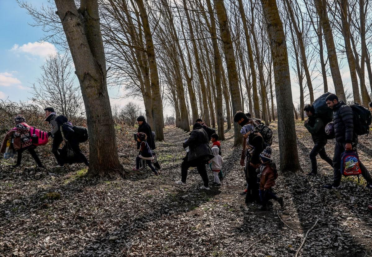 Eurooppaan pyrkiviä ihmisiä metsässä lähellä Turkin ja Kreikan Èvros-rajajokea 1. maaliskuuta 2020.