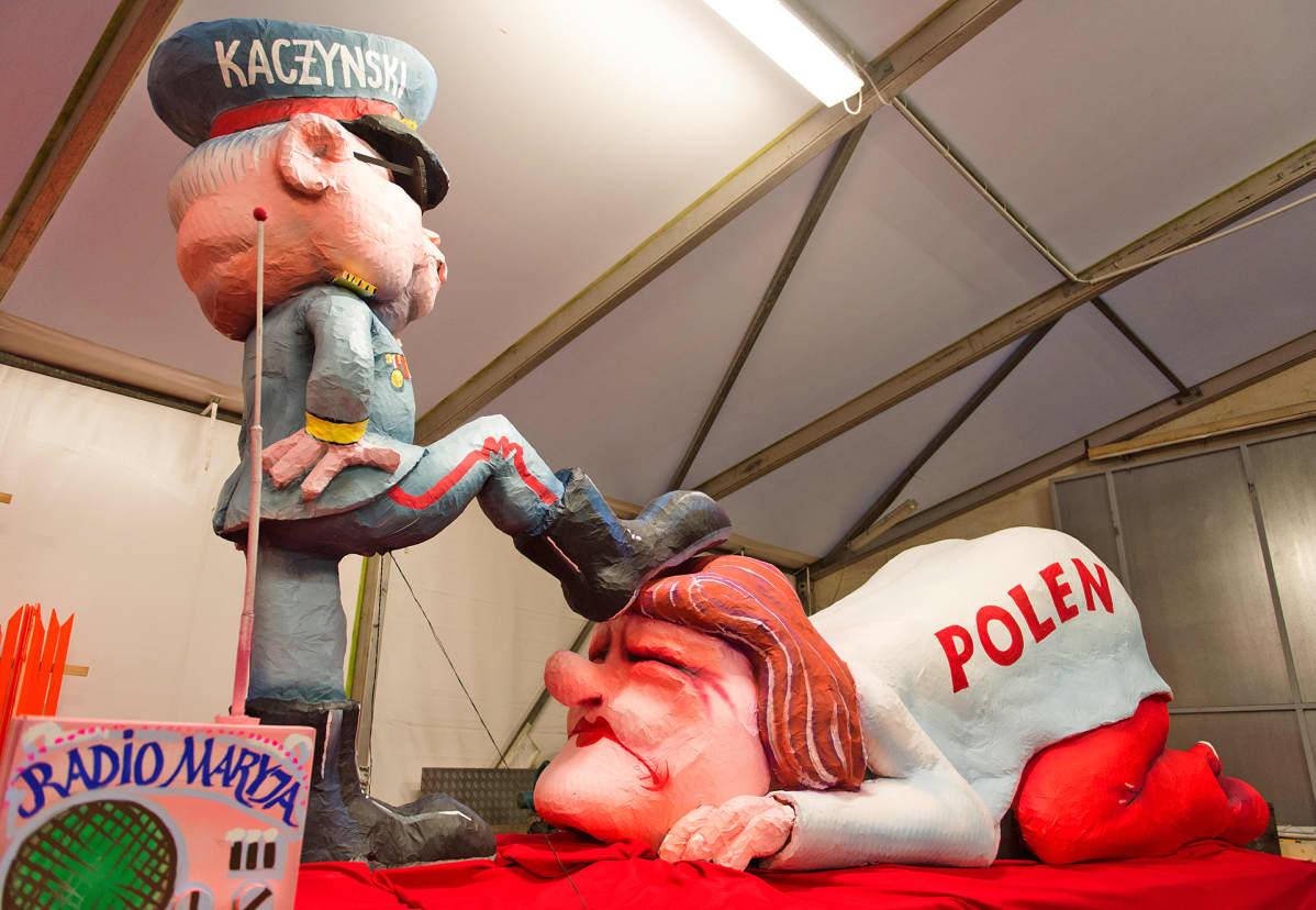 Jarosław Kaczyńskista on tehty vahanukkehahmo, joka laittaa Puola-neidon polvilleen.