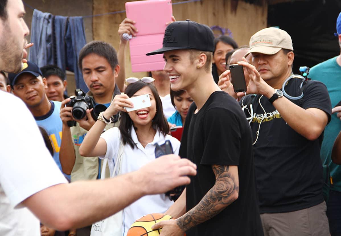 Justin Bieber vieraili taifuunista selvinneiden filippiiniläisten luona Taclobanin kaupungissa 10. joulukuuta.