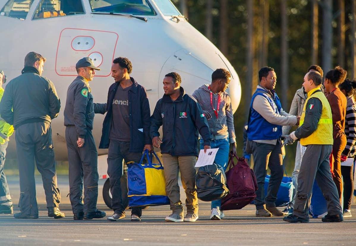 Eritrealaisia turvapaikanhakijoita lennätettiin Italiasta Ruotsiin.