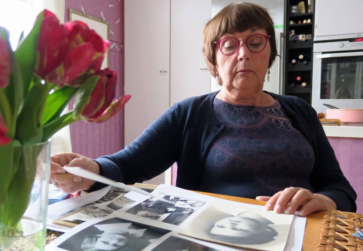 Leena-Riitta Salminen katsoo vanhoja valokuvia