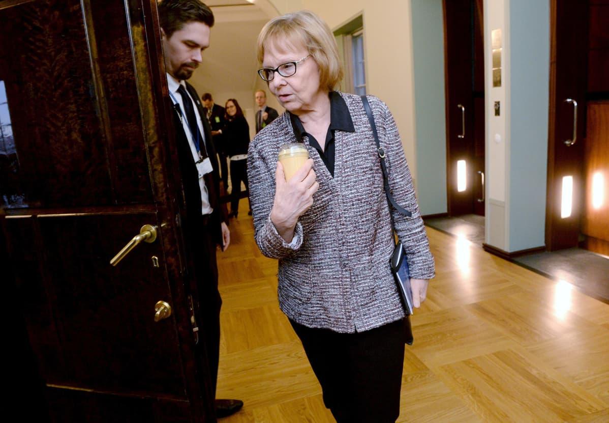Puheenjohtaja Annika Lapintie saapumassa perustuslakivaliokunnan sote-kokoukseen.