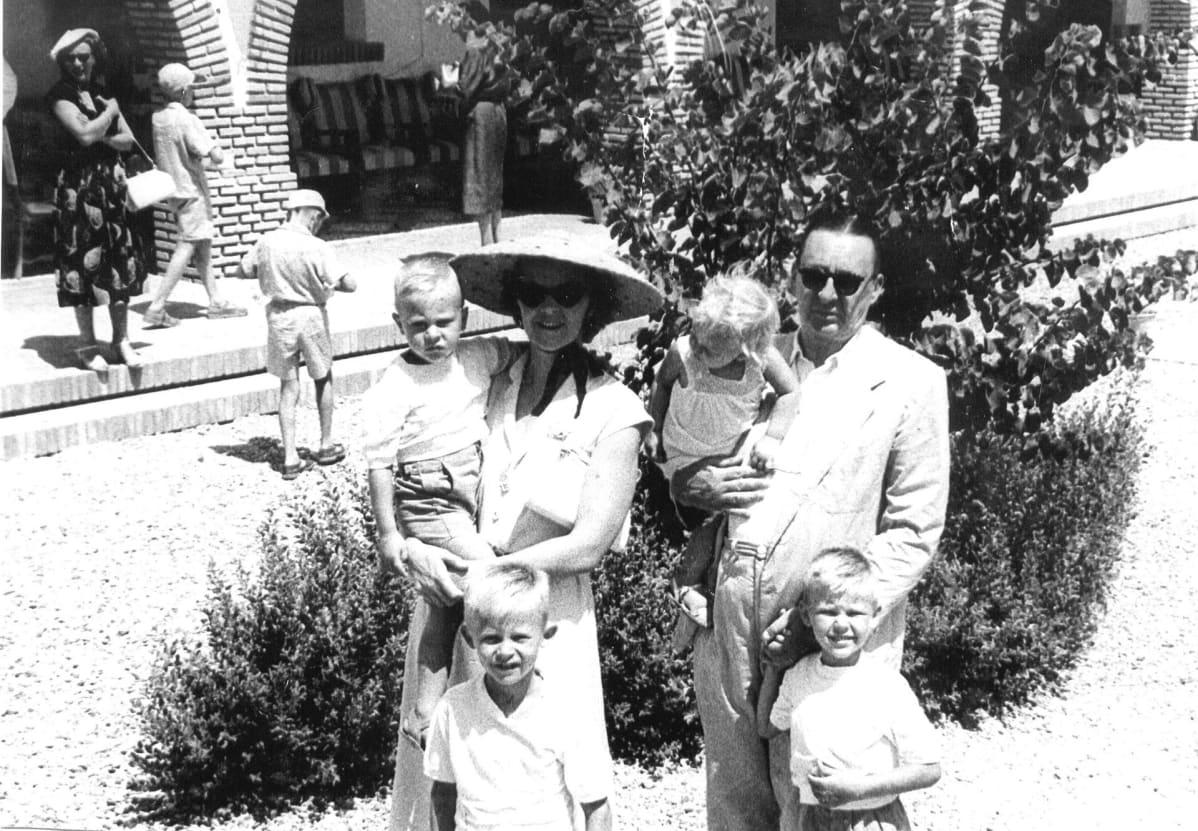 Hallamaan perhe lentokentällä vuonna 1952
