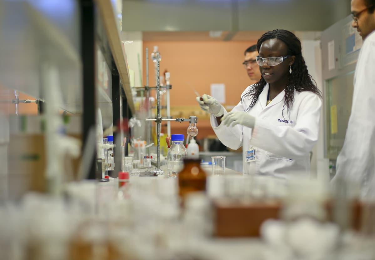 Henkilöitä tyskentelemässä Cape Townin yliopiston laboratoriossa.
