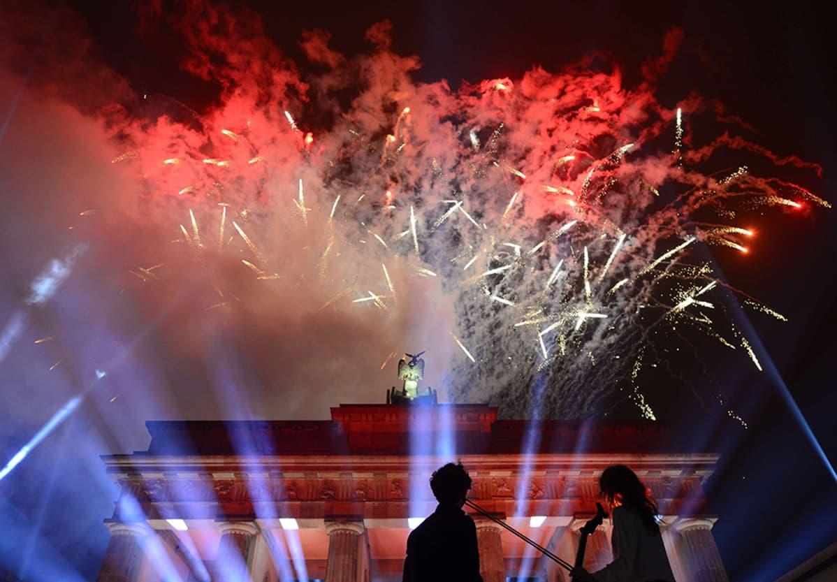 Ilotulituksia Brandenburgin torilla sunnuntai-iltana 9. marraskuuta.